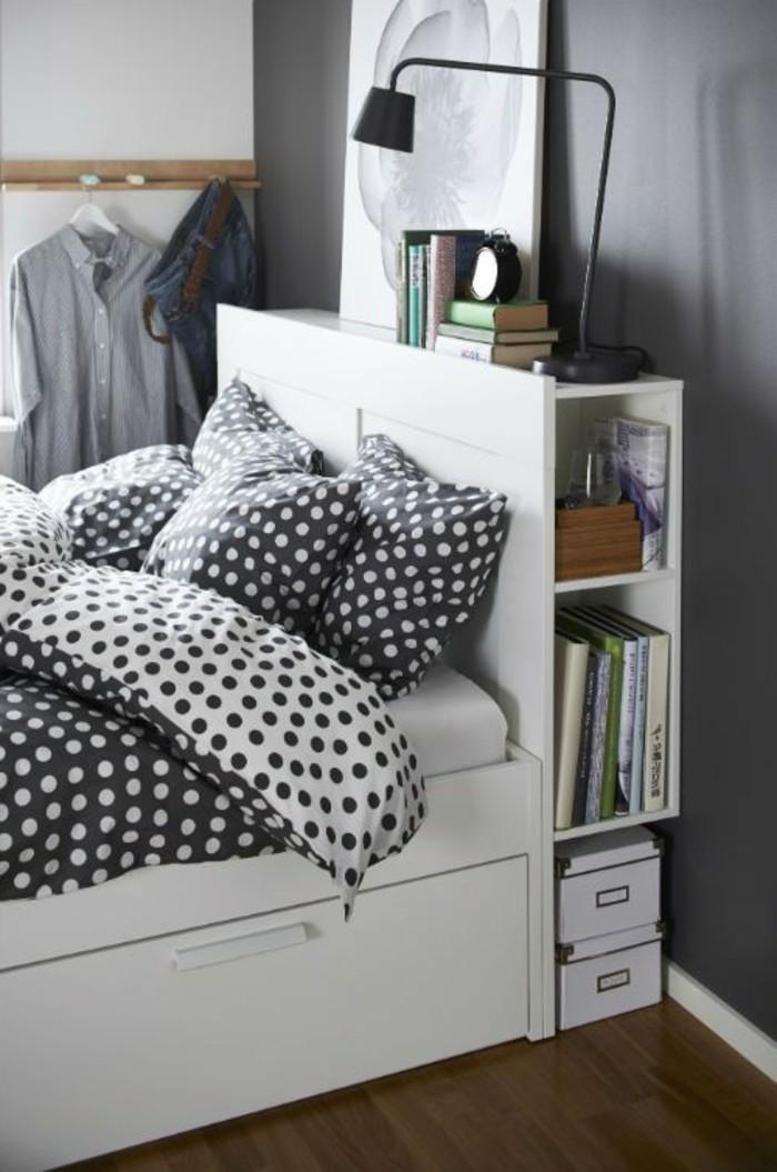 1-chambre-adulte-avec-lit-avec-tiroir-de-rangement-en-bois-blanc-linge-de-lit-à-points