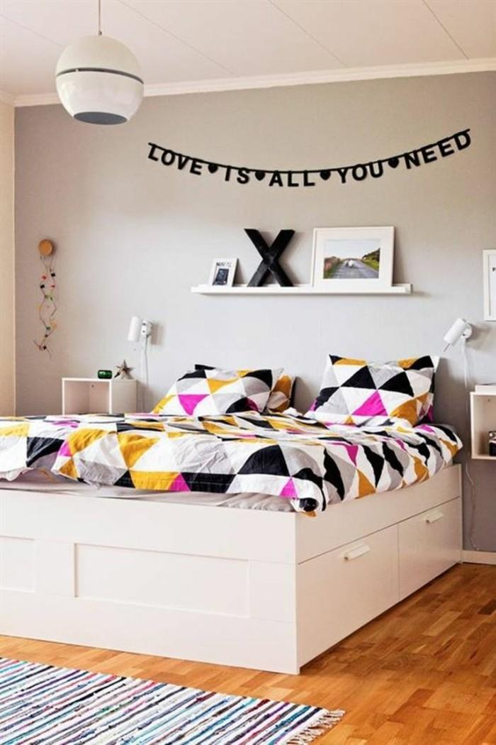 1-chamre-adulte-lit-adulte-pascher-avec-tiroirs-decoration-murale-citation-murs-gris