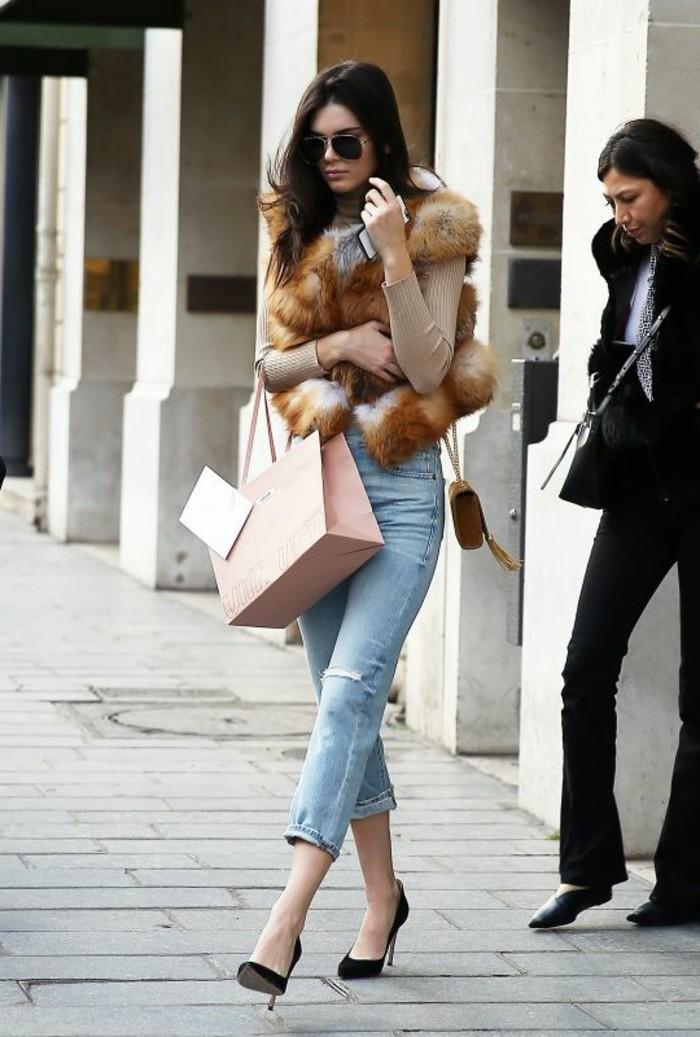 1-comment-porter-le-gilet-en-fourrure-beige-denim-bleu-clair-talons-hauts-mode