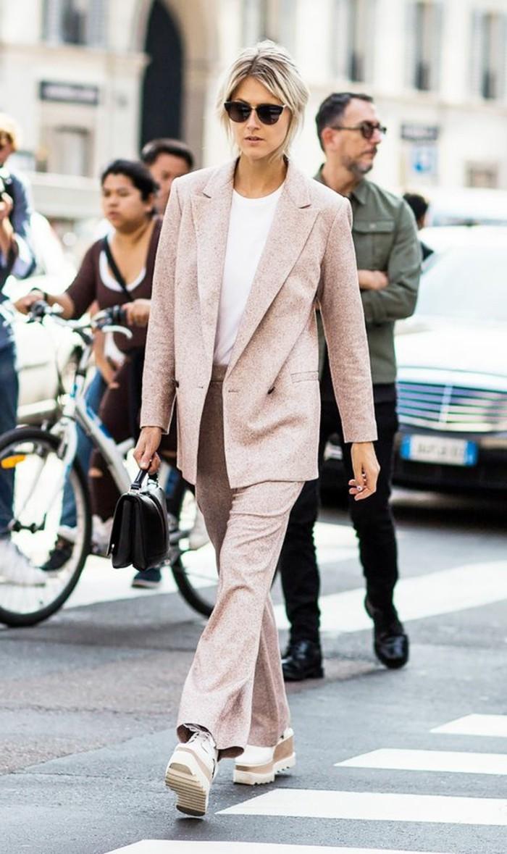 1-comment-porter-le-rose-pâle-veste-rose-pantalon-elegant-femme-chaussures-roses