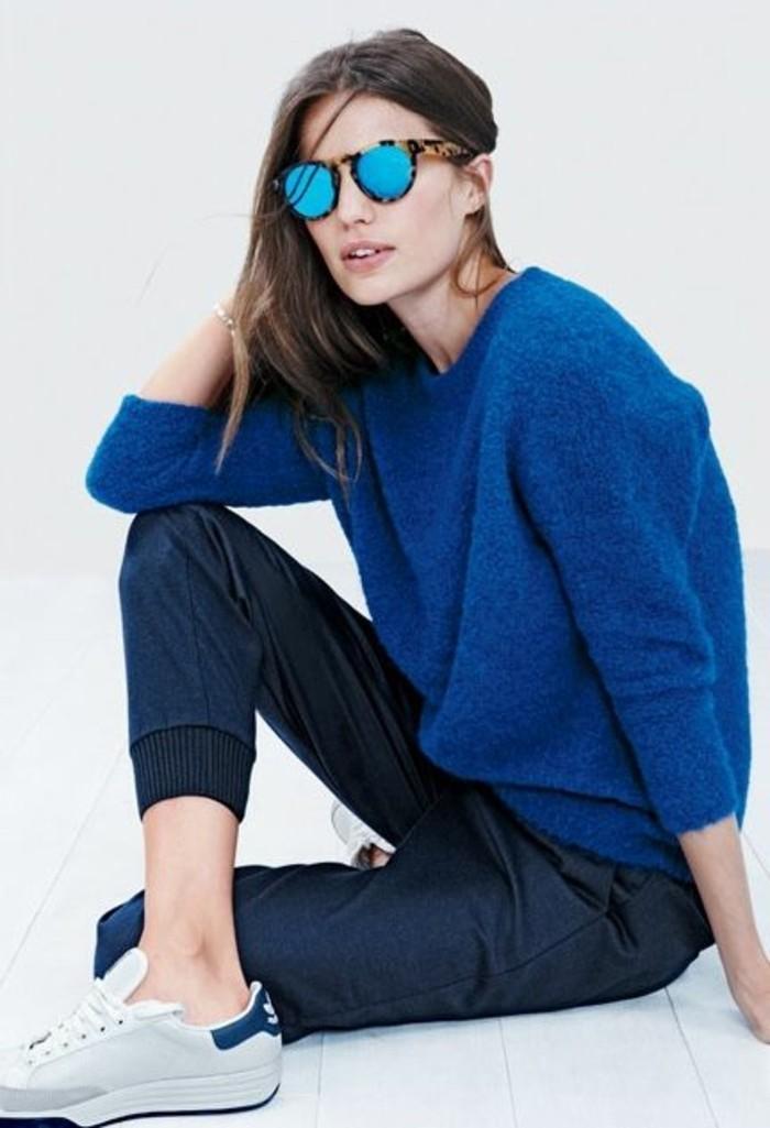 1-comment-porter-les-basket-basse-femme-pantalon-bleu-foncé-lunettes-de-soleil