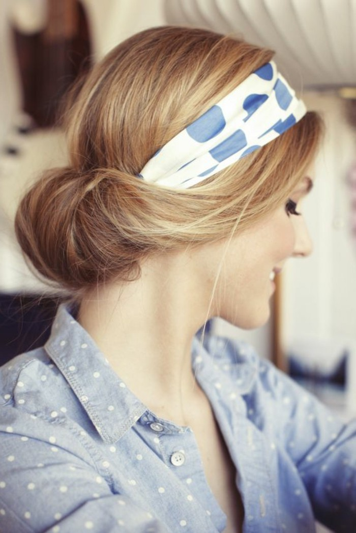 1-comment-porter-une-écharpe-été-foulard-dans-les-cheveux-foulard-blanc-bleu