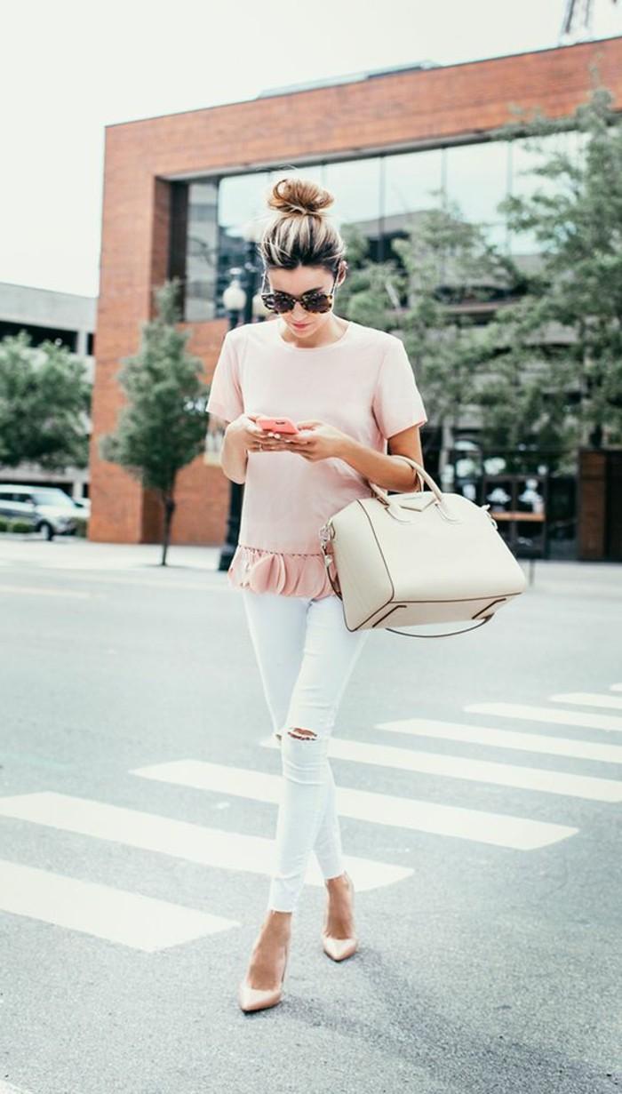 1-femme-elegant-avec-pantalon-blanc-blouse-rose-pale-sac-a-main-en-cuir-beige-denim-blanc-dechire