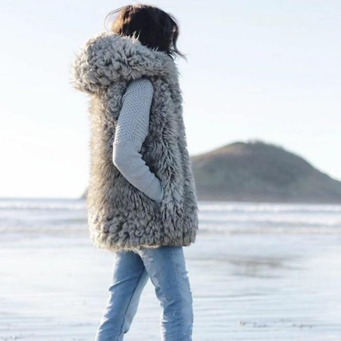 1-gilet-long-sans-manche-femme-avec-cagoule-denim-déchiré-blouse-grise-tricoté-plage