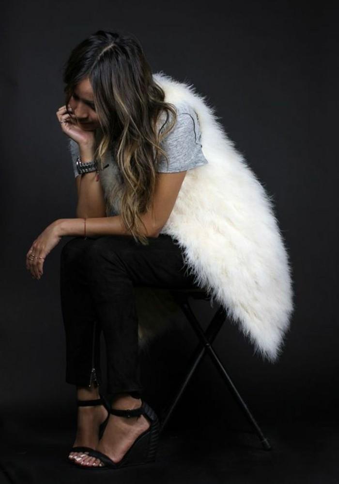 1-gilet-long-sans-manche-femme-fourrure-blanc-t-shirt-gris-sandales-a-talons-noirs