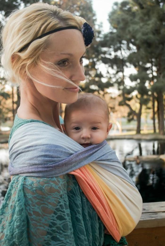 1-joli-écharpe-porte-bébé-en-tissu-coloré-comment-porter-le-bébé-femme-blonde