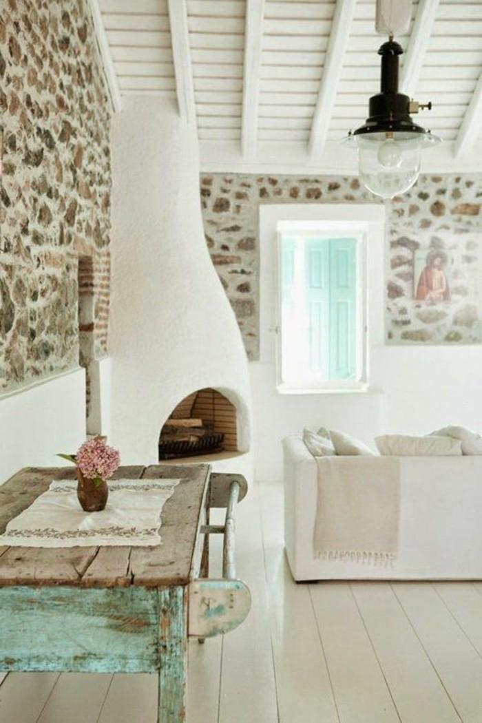 1-joli-salon-avec-murs-en-pierres-sol-en-planchers-beiges-en-bois-cheminée-d-intérieur