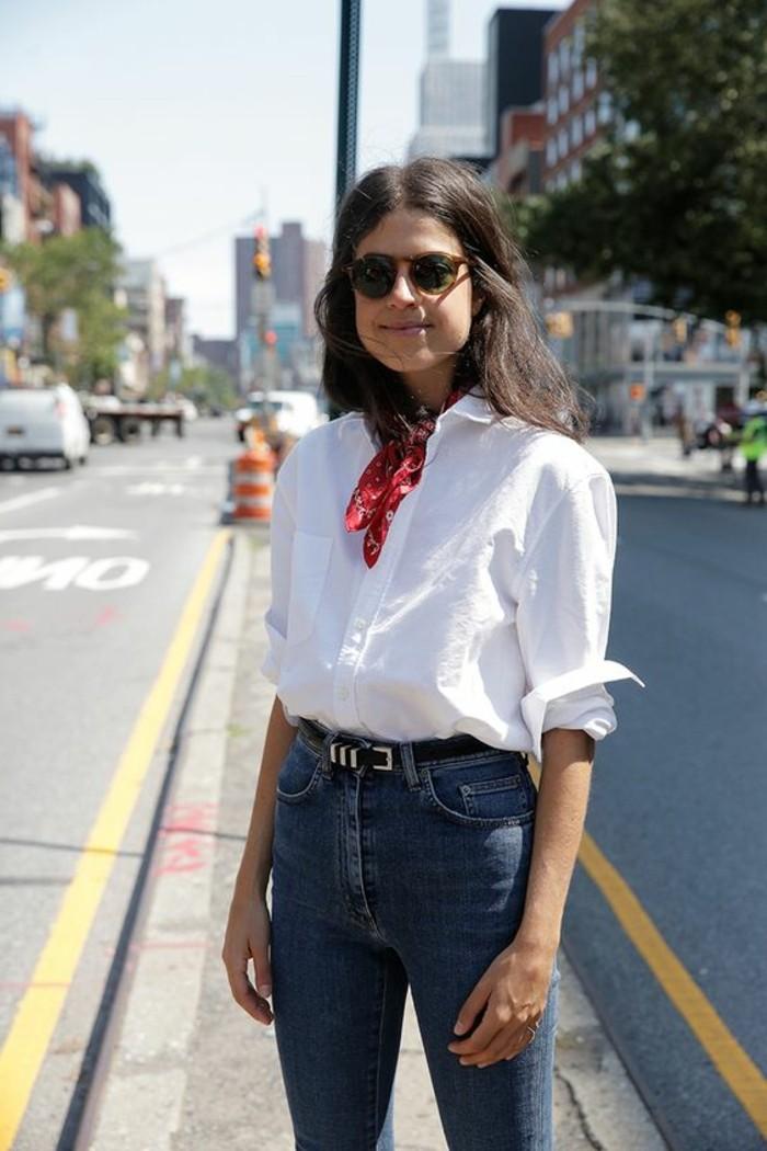 1-jolie-chemise-blanche-denim-slim-bleu-clair-femme-comment-porter-une-écharpe-été-ecarpe-rouge