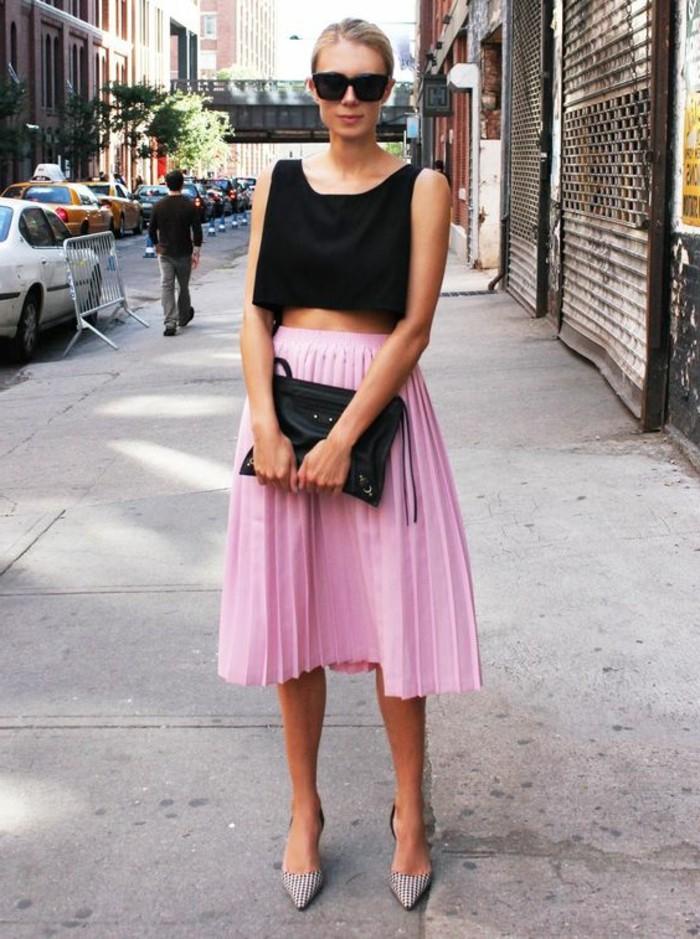 1-jolie-robe-plissée-en-rose-top-noir-sac-a-dos-noir-chaussures-elegantes