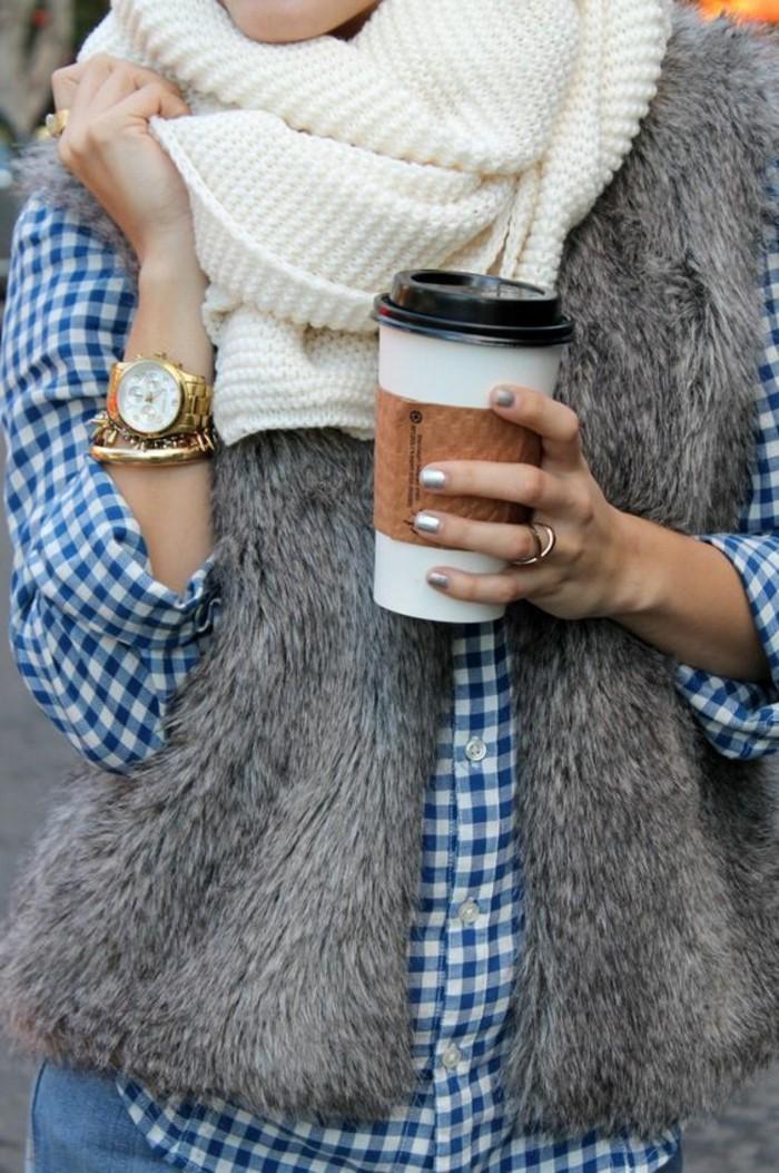1-manteau-femme-fourrure-gris-comment-porter-le-manteau-femme-chemise-à-rayures-blancs-bleus
