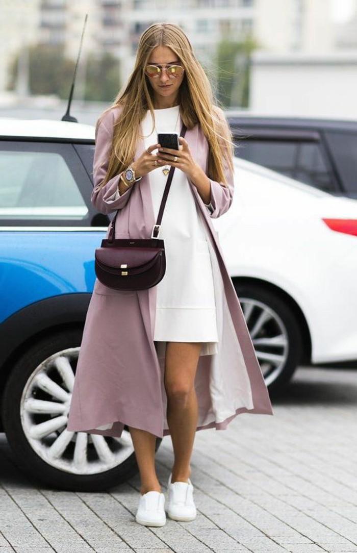 1-manteau-long-femme-rose-pâle-sneakers-blancs-robe-droite-blanche