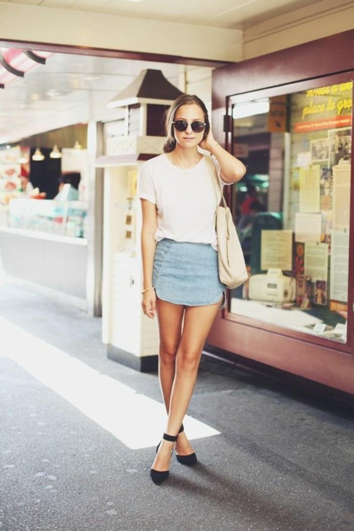 1-mini-jupe-en-jean-t-shirt-blanc-femme-avec-lunettes-de-soleil-chaussures-noires-femme