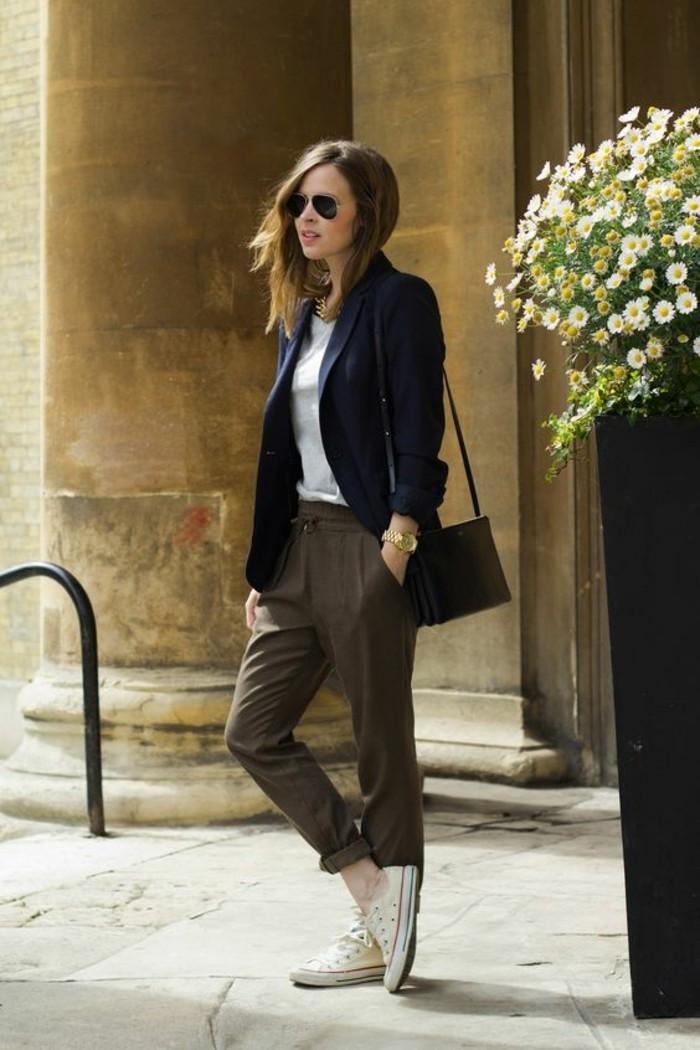 1-outfit-elegant-femme-avec-pantalon-beige-droit-elegant-veste-bleu-foncé-lunettes-de-soleil