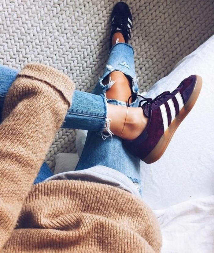 1-sneakers-noirs-femme-denim-déchiré-bleu-foncé-tendances-de-la-mode-basket-noire