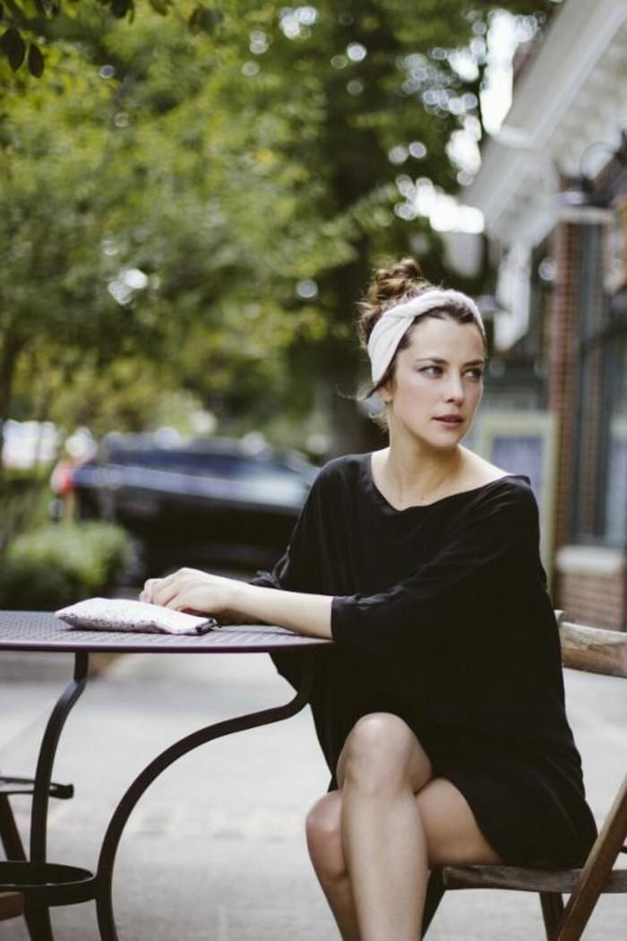 2-foulard-dans-les-cheveux-femme-blouse-tenue-noire-tendances-de-la-mode