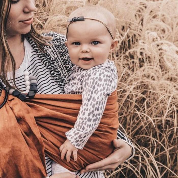 3-maman-avec-portage-bebe-comment-porter-le-bebe-toujours-avec-vous