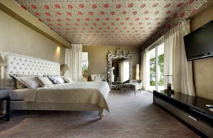 Decoration-plafond-fleurs-rouges-avec-des-feuilles-resized
