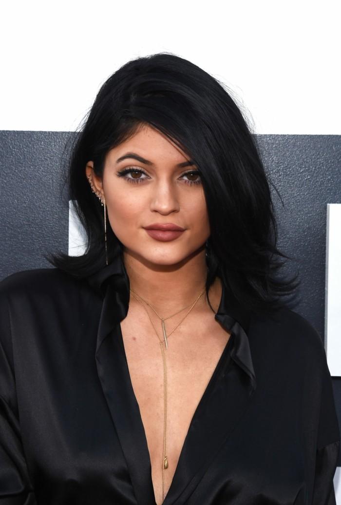 Kylie-Jenner-coupe-de-cheveux-semi-long-noire