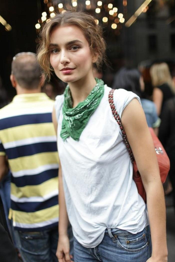 accessoires-femme-foulard-vert-denim-bleu-t-shirt-blanc-sac-a-main-femme-echarpe
