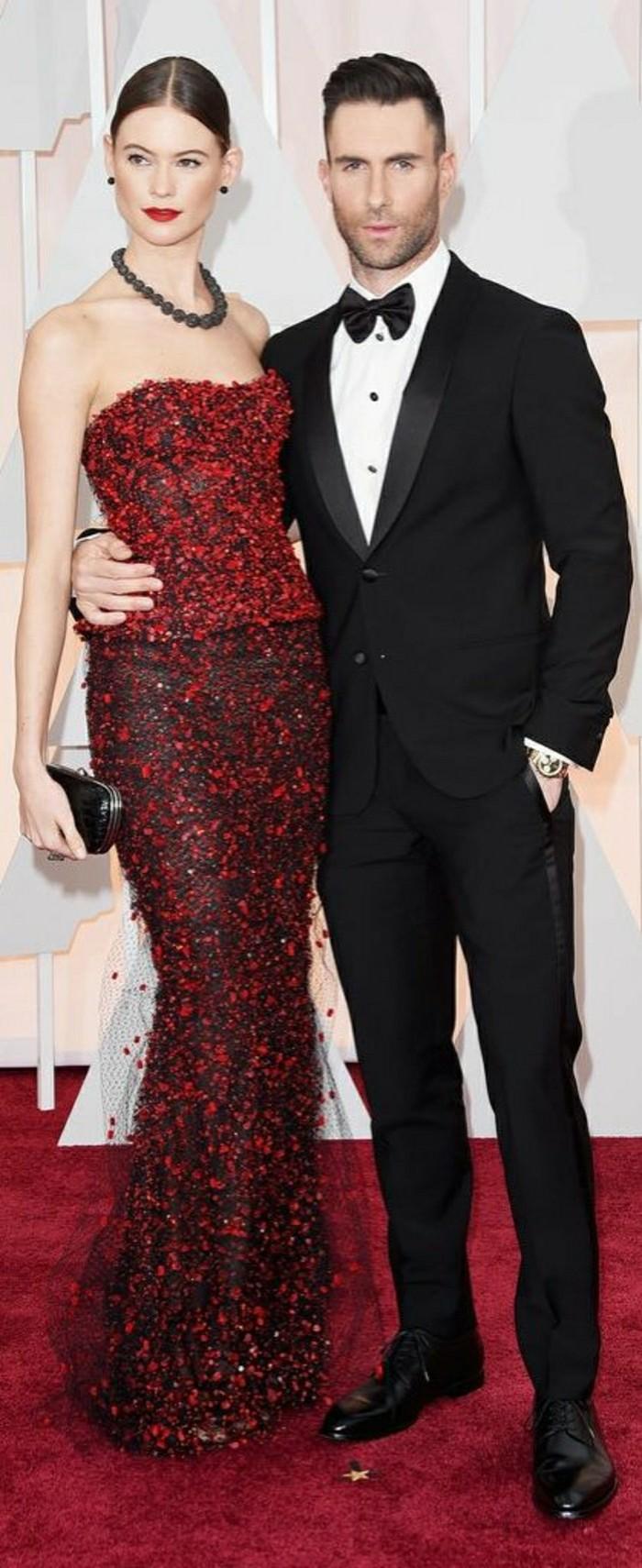 adam-levine-et-behati-prinsloo-couples-amoureux-oscars-jolie-robe-rouge-vetements-pour-oscars
