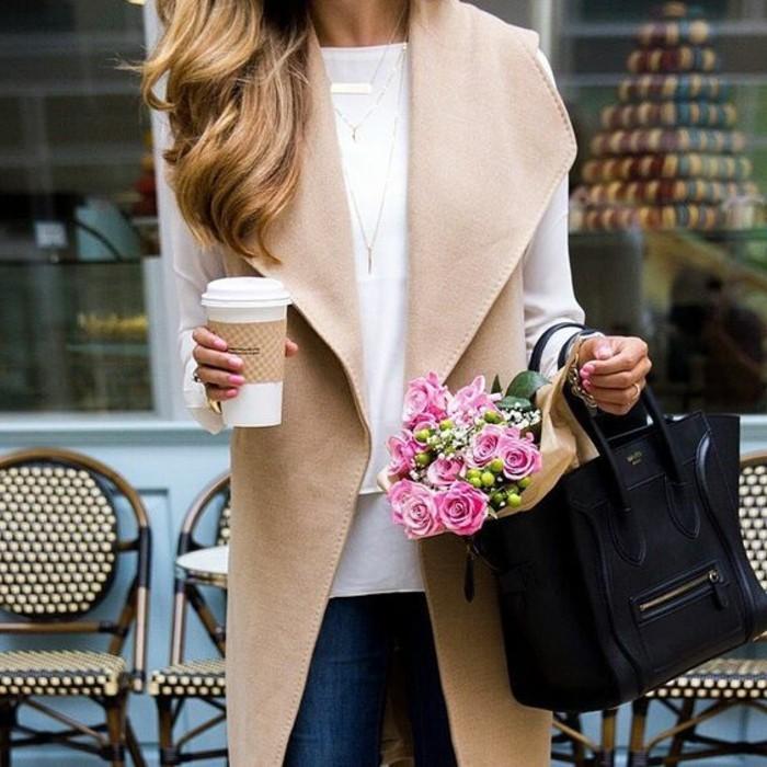 admirable-beauté-tenue-de-jour-cool-sac-à-main-cuir-veste-sans-manches-beige