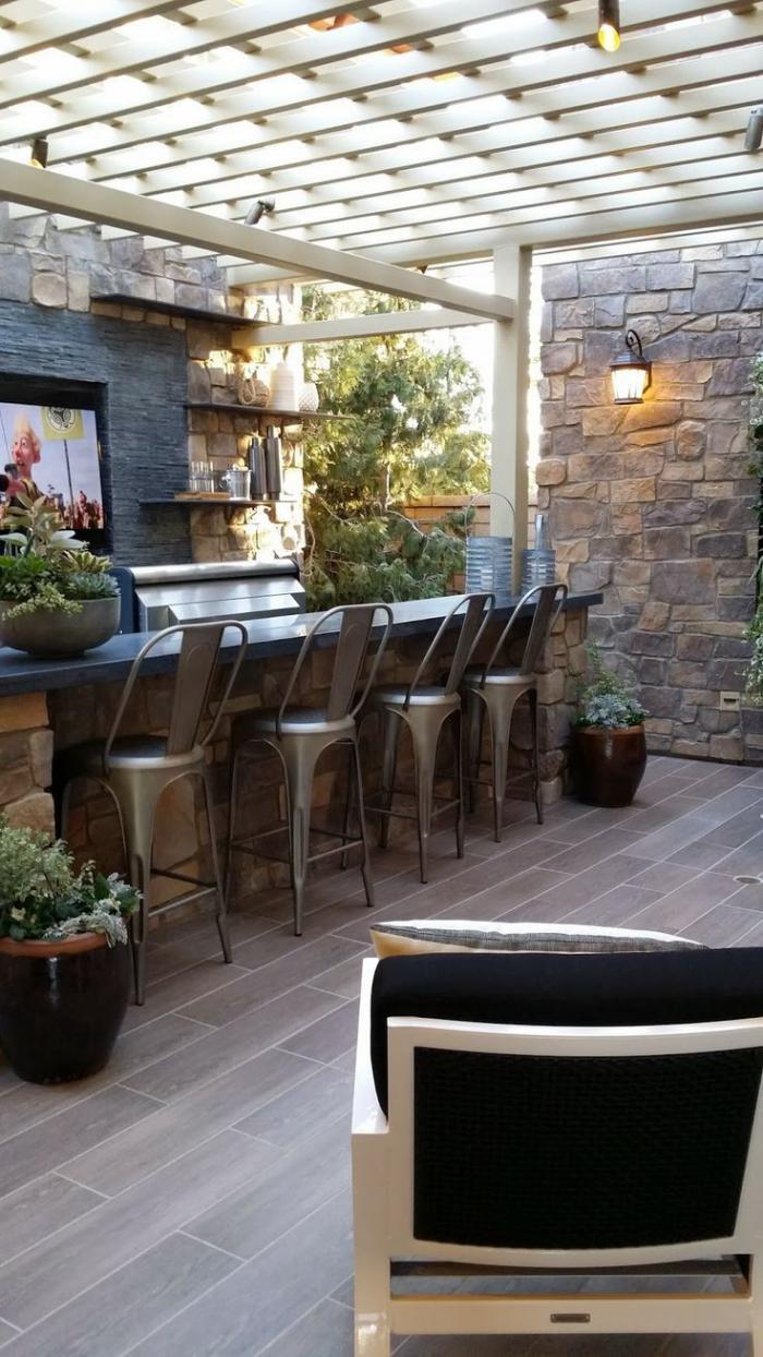 aménagement-extérieur-bar-tabourets-métalliques