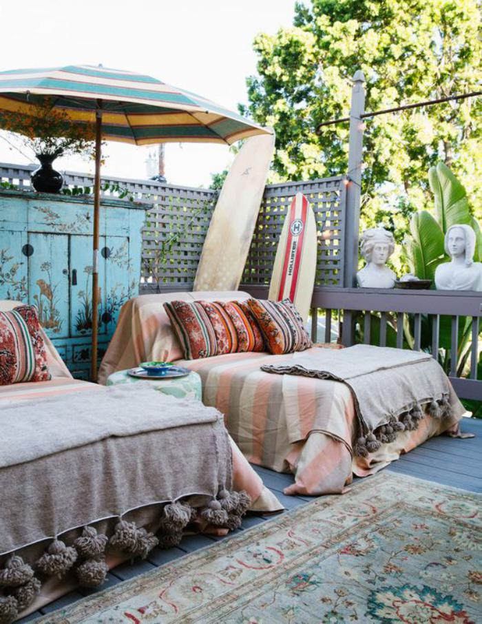 aménagement-extérieur-deux-lits-extérieurs-tapis-et-planches-de-surf