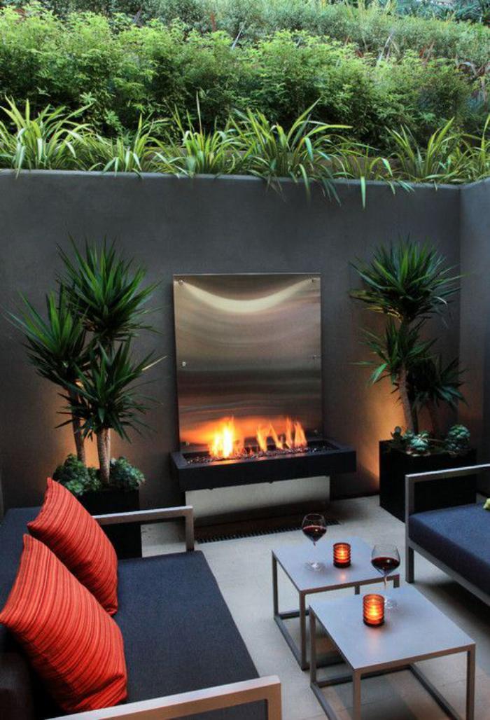 aménagement-extérieur-joli-petit-salon-de-jardin-et-cheminée-murale