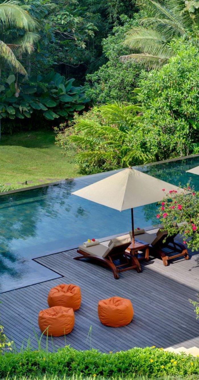 aménagement-extérieur-poufs-oranges-et-chaises-longues-sur-terrasse