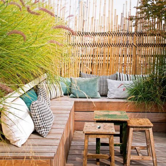 aménagement-extérieur-sofa-en-bois-et-canisse-bambou