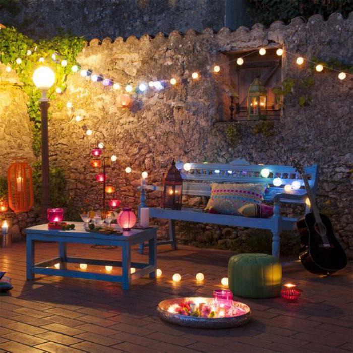aménagement-extérieur-styl-boho-meubles-peints-bleus-et-ampoules-électriques