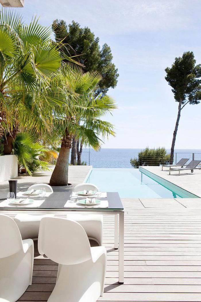 aménagement-extérieur-terrasse-en-bois-piscine-infinie
