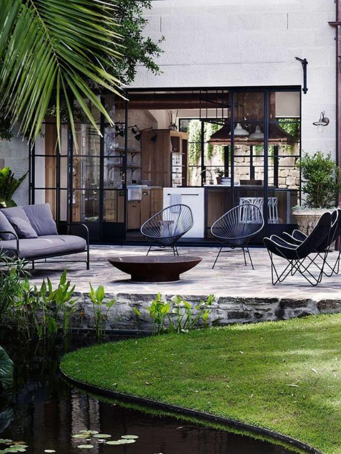 aménagement-extérieur-un-lac-biologique-salon-de-jardin