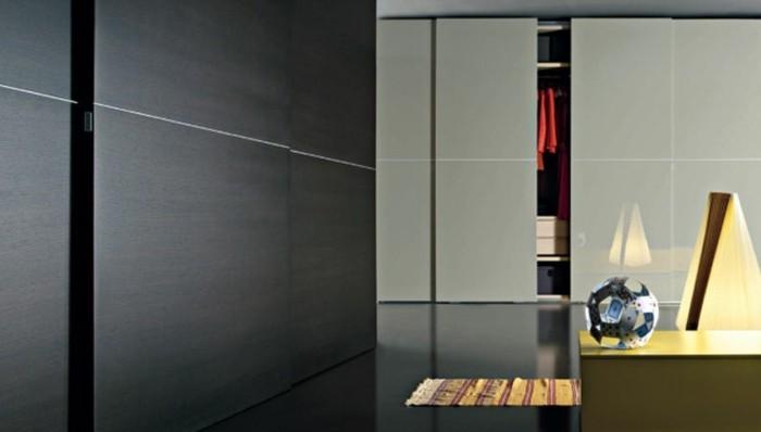 armoire-2-portes-coulissantes-noir-combinée-avec-des-élèments-oranges-dans-la-pièce-resized