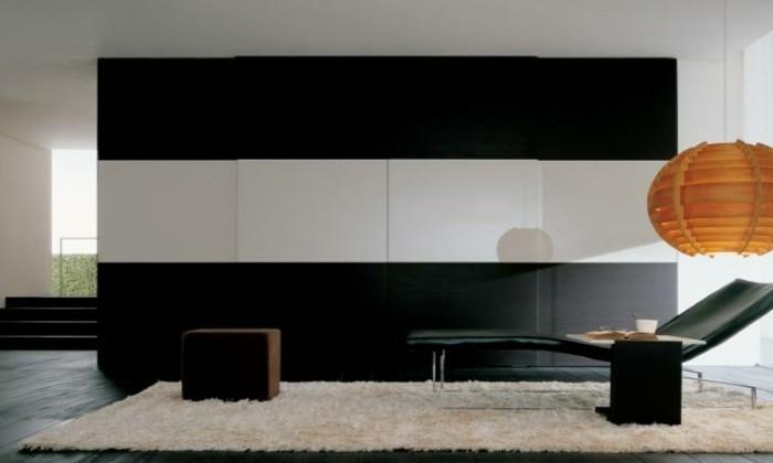 armoires-portes-coulissantes-noir-et-blanc-avec-un-lampadaire-en-carton-orange-resized