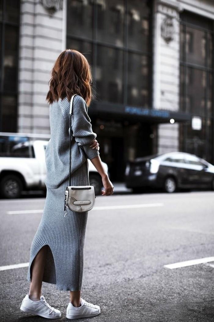 basket-blanche-femme-design-pour-2016-robe-longue-tricotée-grise-sac-a-main-en-cuir-beige