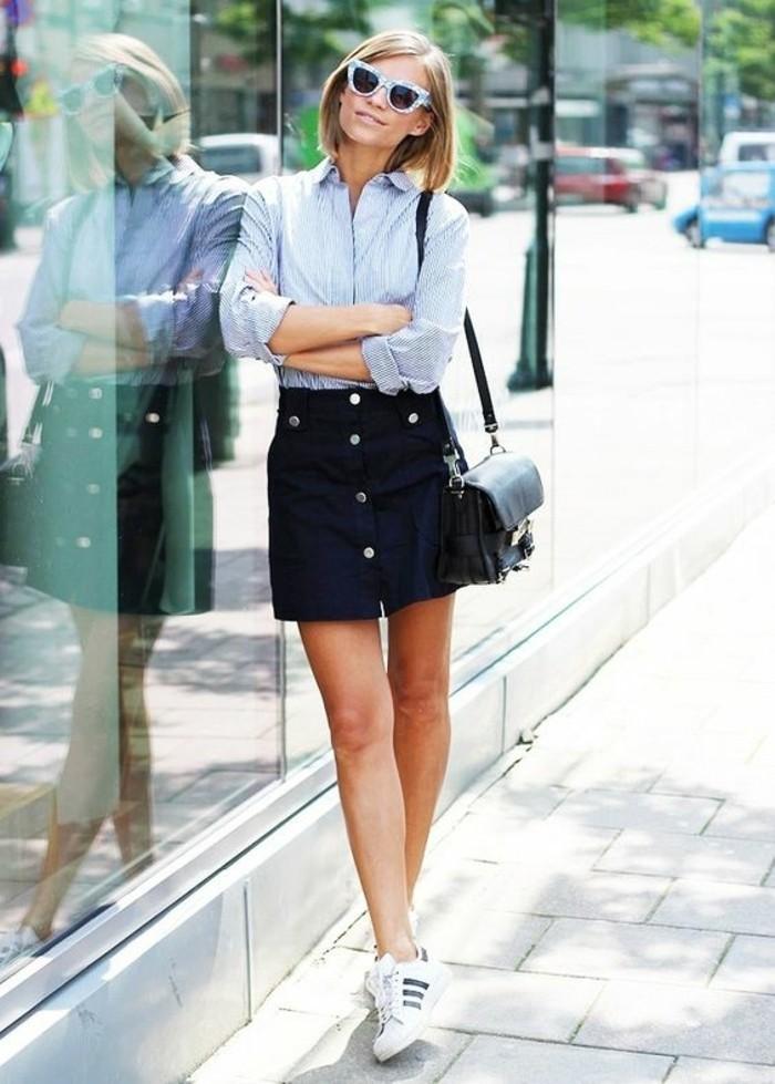 basket-blanche-tendances-de-la-mode-jupe-courte-noire-chemise-claire