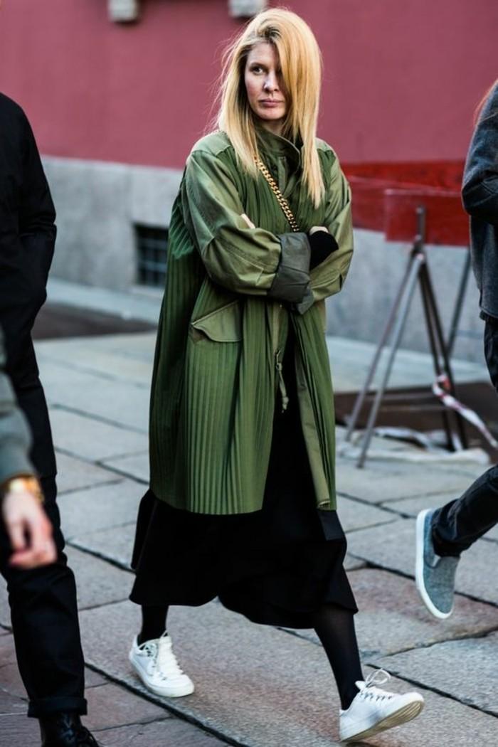 basket-femme-pas-cher-robe-mi-longue-noire-veste-vert-foncé-femme-blonde