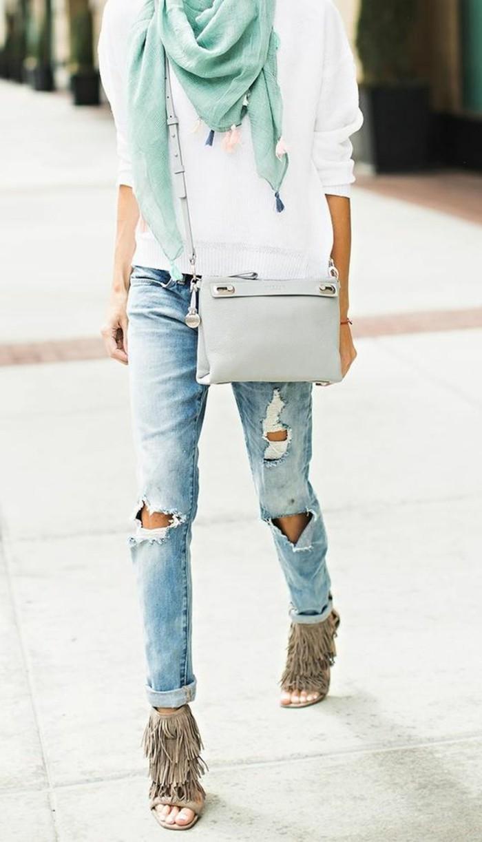 blouse-blanche-denim-déchiré-sac-bandouliere-en-cuir-gris-sac-bayfriend