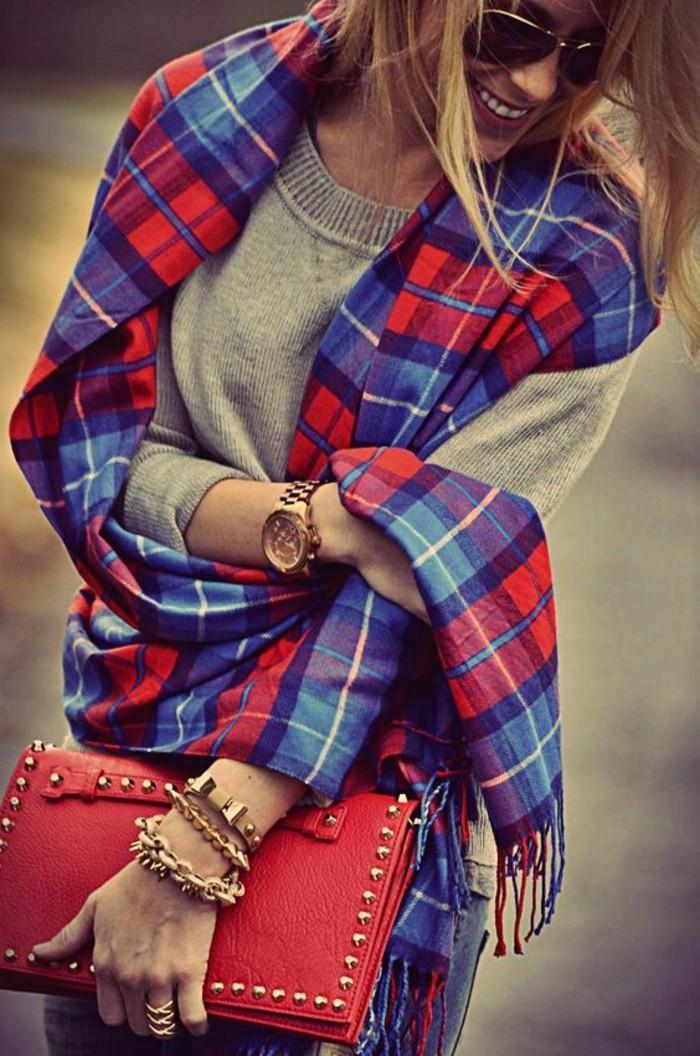 blouse-grise-écharpe-à-carreaux-bleu-rouge-femme-mode-comment-porter-l-echarpe-femme