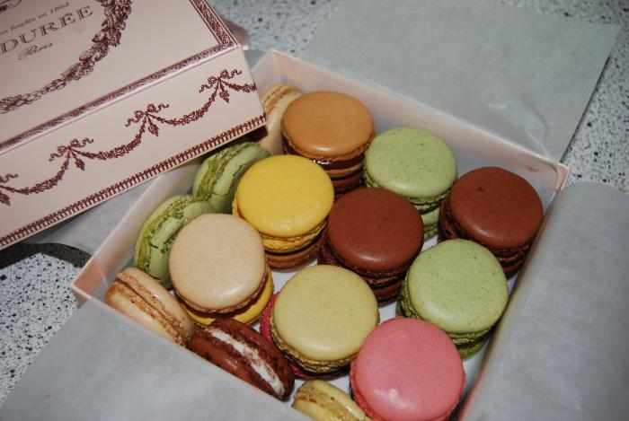 boutique-ladurée-boite-de-ladurées-en-belles-couleurs