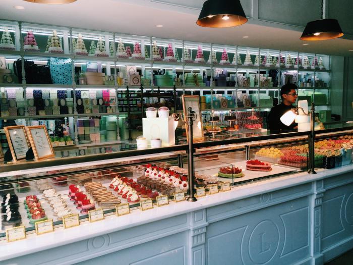 boutique-ladurée-buffet-macarons-ladurées