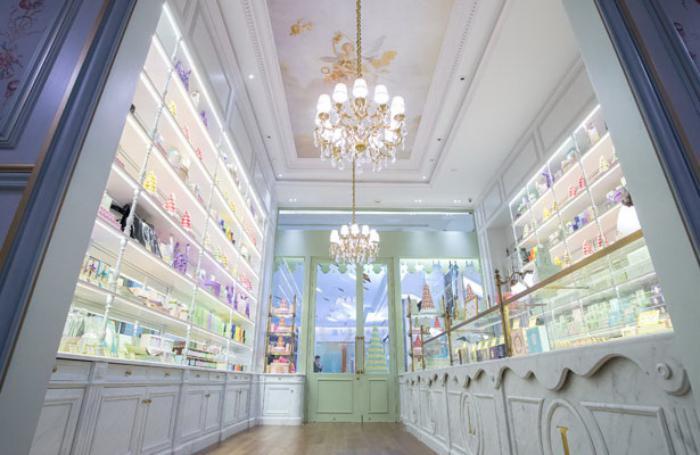 boutique-ladurée-intérieur-blanc-de-boutique-sucrée