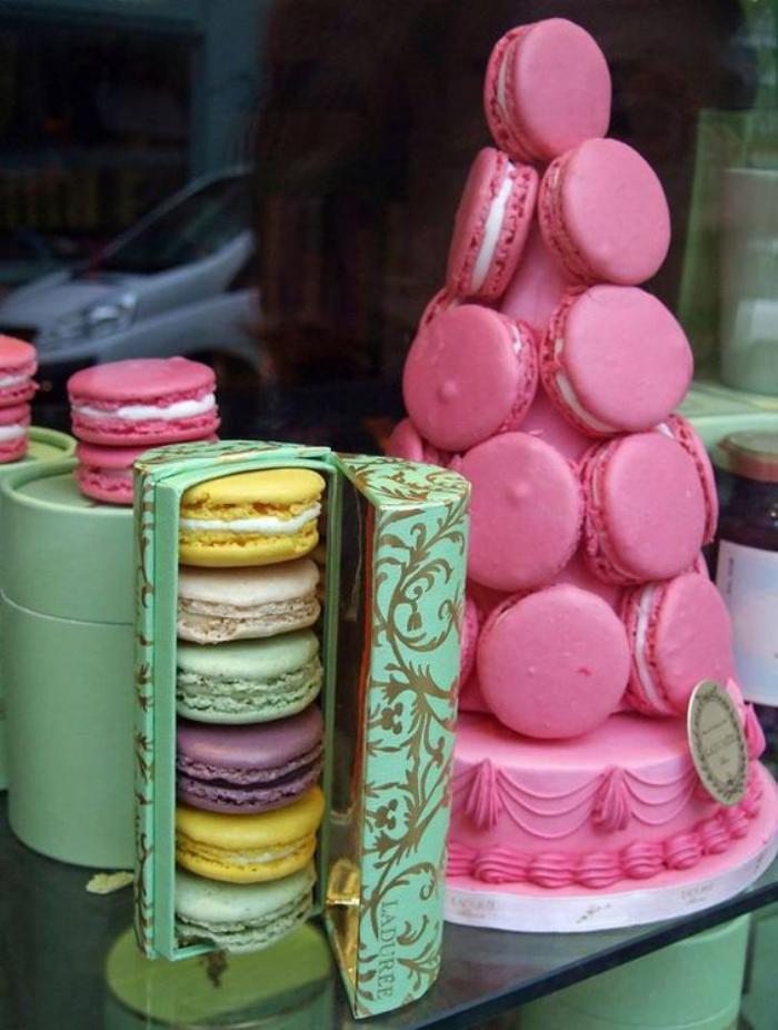 boutique-ladurée-triangle-rose-à-la-vitrine-de-ladurée