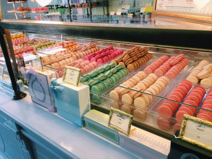 boutique-ladurée-vitrine-ladurée-macarons-parisiens