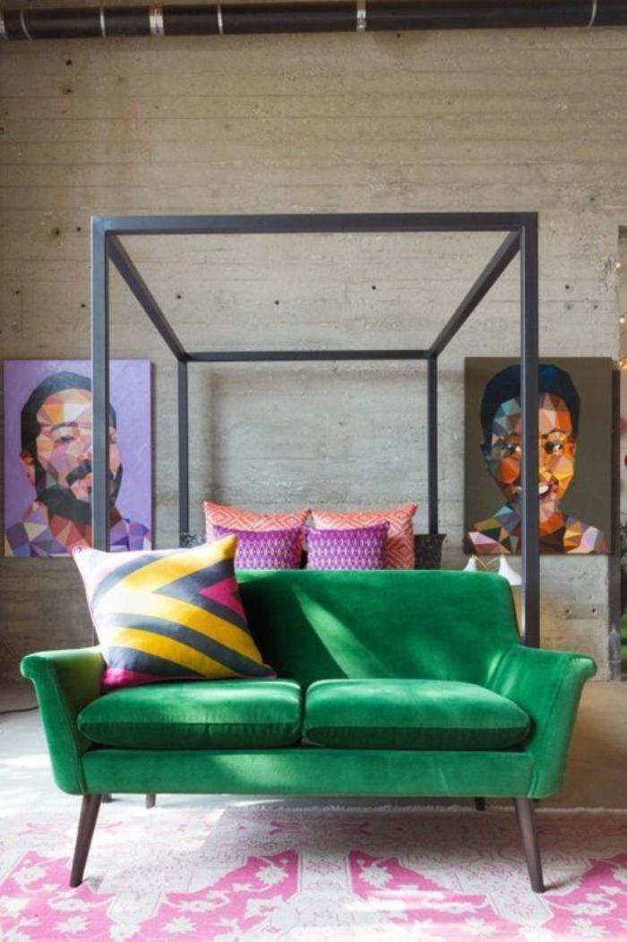 canapé-vert-à-deux-places-portraits-et-beaux-coussins