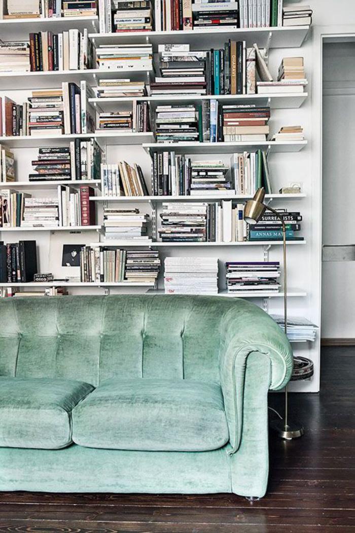 canapé-vert-bibliothèque-blanche-canapé-couleur-menthe