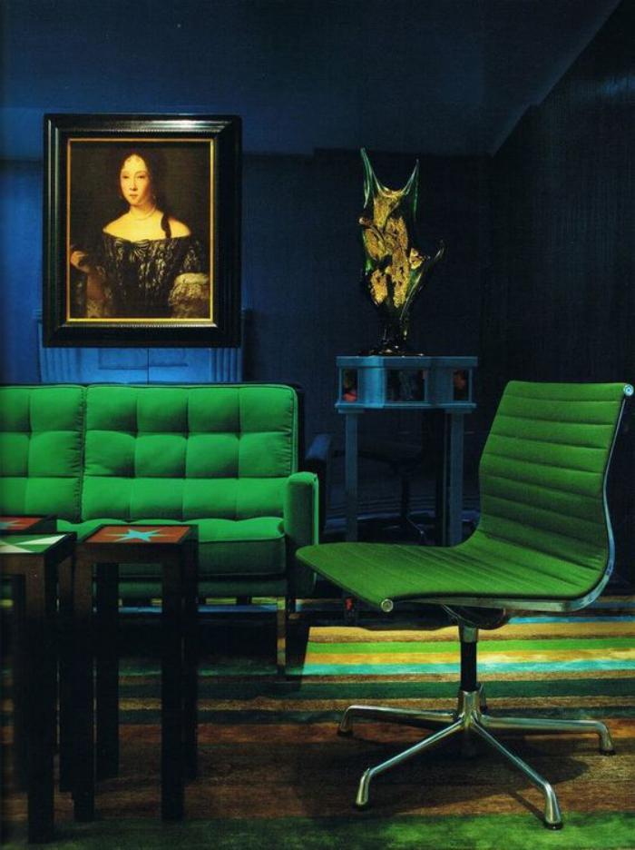 canapé-vert-chambre-bleue-et-verte-pièce-sombre