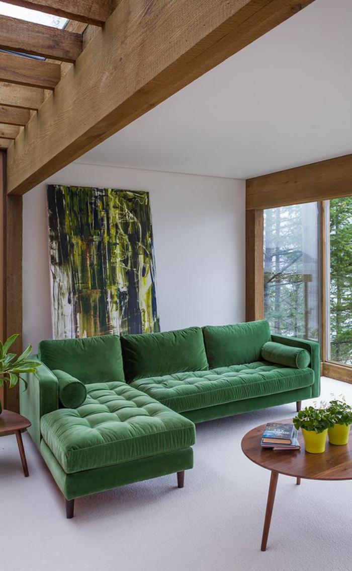 canapé-vert-d'angle-un-beau-salon-de-chalet-moderne