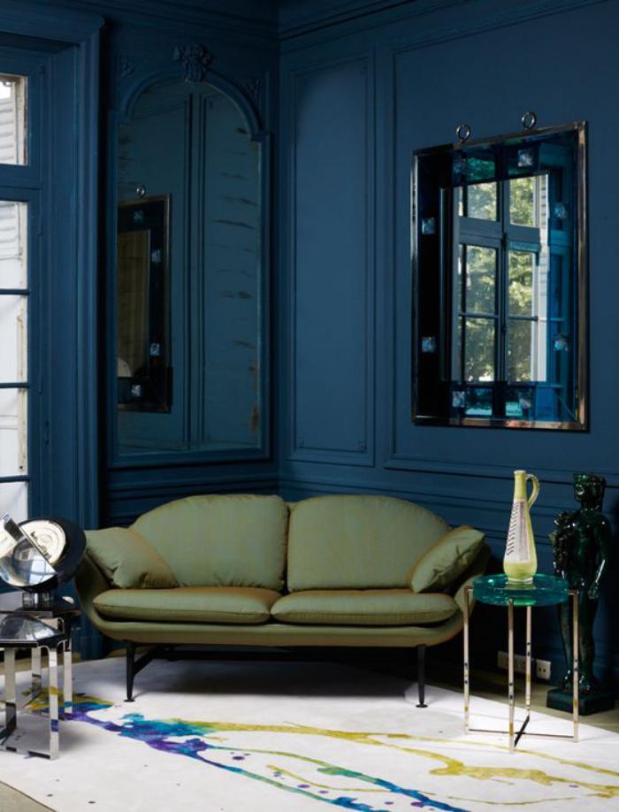 canapé-vert-dans-une-pièce-bleue